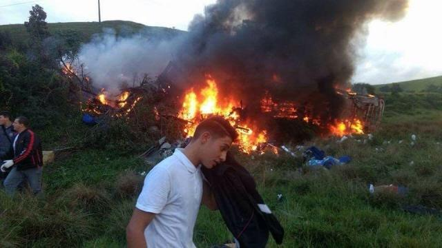 Resultado de imagem para Acidente entre duas ambulâncias, ônibus e carreta deixa 15 mortos no Espírito Santo