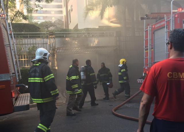 Veículo pega fogo em garagem no bairro Bela Vista, em Porto Alegre Lucas Abati / Rádio Gaúcha/Rádio Gaúcha