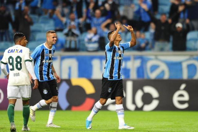 Com gols de Pedro Rocha e Fernandinho, Grêmio vence o Coritiba e segue na cola do líder Félix Zucco/Agência RBS
