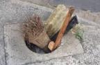 Moradores improvisam sinalização para buraco aberto há meses no bairro São Geraldo Pelas Ruas/Reprodução