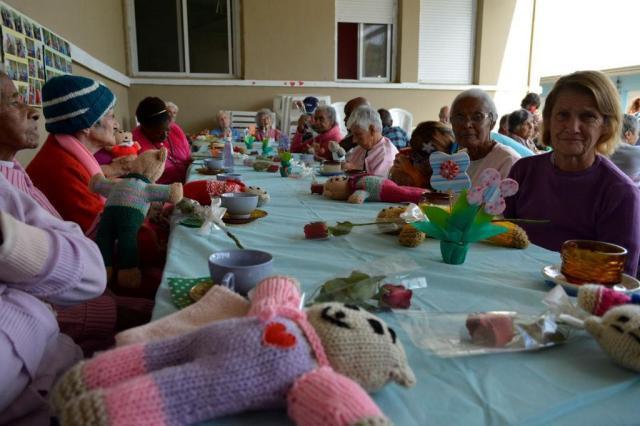 Grupo de voluntárias confecciona ursinhos de tricô para crianças e idosos carentes de Porto Alegre Divulgação/Grupo Folia do Coração