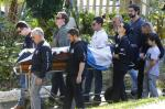 Enterro de policial civil morto em operação em Gravataí é marcado por emoção, homenagens e pétalas de rosa