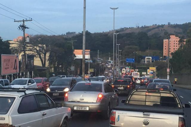 Avenida da Legalidade, em Porto Alegre, tem trânsito lento. Acompanhe Marina Pagno/Agência RBS