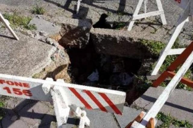 Buraco prejudica passagem de pedestres no bairro Navegantes Pelas Ruas/Reprodução