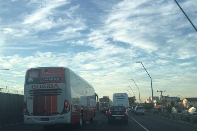Saída de Porto Alegre pela Avenida da Legalidade tem engarrafamento. Acompanhe Marina Pagno/Agencia RBS