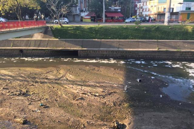 """Engenheiro do DEP diz que trecho do Arroio Dilúvio está """"secando"""" por falta de dragagem Jéssica Rebeca Weber/Agência RBS"""
