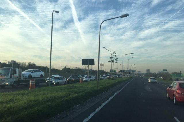 Acidente entre caminhão e carro na Avenida Farrapos deixa trânsito lento. Acompanhe Marina Pagno/Agência RBS