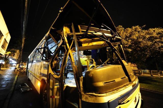 Pedrada atinge ônibus e motorista colide contra poste na zona sul de Porto Alegre Ronaldo Bernardi/Agência RBS