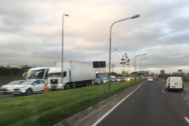 Entorno do aeroporto Salgado Filho apresenta congestionamento. Acompanhe Lucas Abati/Rádio Gaúcha