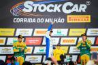 Marcos Gomes e Cacá Bueno comemoram pódio na Corrida do Milhão Bruno Alencastro / Agência RBS/Agência RBS