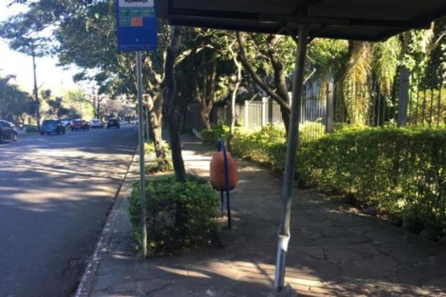 Parada de ônibus na Nilo Peçanha, em Porto Alegre, está com estrutura danificada Marina Pagno/Agência RBS