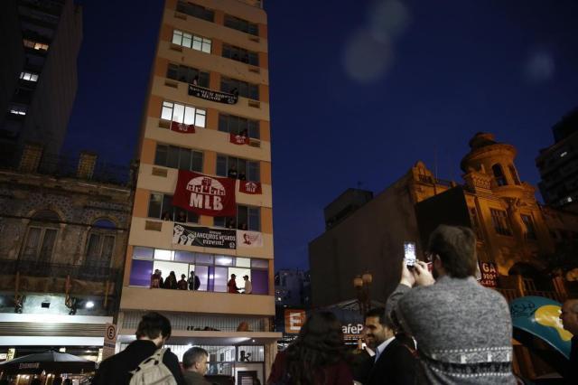 Grupo faz ato de apoio em frente a prédio ocupado pela Lanceiros Negros em Porto Alegre Carlos Macedo/Agencia RBS