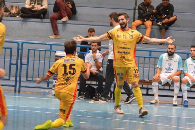 Pica Pau (15) e Dão comemoram o quarto gol da equipe blumenauense. Foto   Sidnei Batista   Divulgação. O Blumenau embalou no Campeonato ... 6e3def273c974