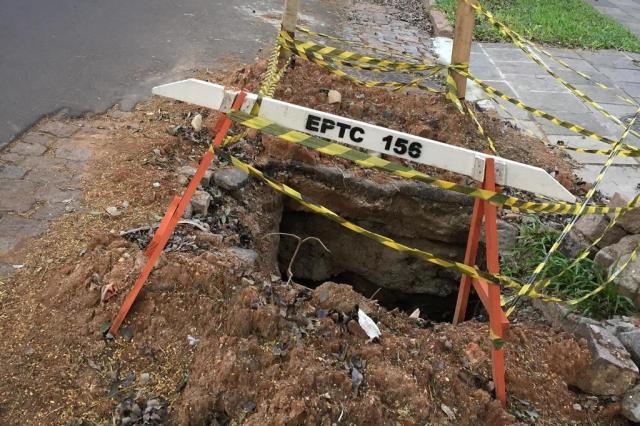 Buraco em asfalto no Petrópolis completa aniversário de quatro anos sem conserto, reclamam moradores Katiúscia Anele De Bortolli/Arquivo pessoal