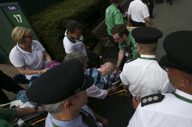 Tenista grita por socorro ao torcer joelho em quadra de Wimbledon Daniel LEAL-OLIVAS/AFP