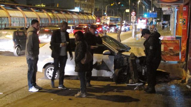 Carro invade calçada e bate em fachadas de lojas na zona norte de Porto Alegre Felipe Daroit/Rádio Gaúcha