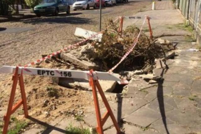 Buraco em calçada representa perigo a pedestres no bairro Passo D'Areia Pelas Ruas/Reprodução