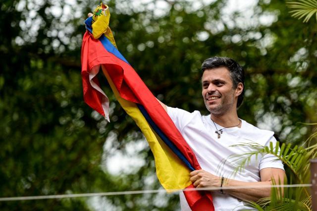 Resultado de imagem para VENEZUELA: LÍDER OPOSITOR LEOPOLDO LÓPEZ É TRANSFERIDO PARA PRISÃO DOMICILIAR