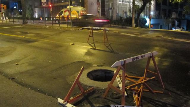 Dez dias após conserto, bueiro sem tampa volta a causar bloqueio na Independência Felipe Daroit/Rádio Gaúcha