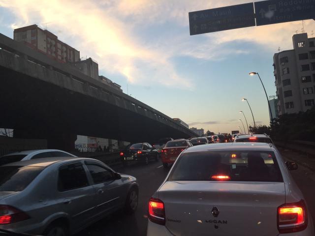Saída de Porto Alegre pela Avenida da Legalidade tem trânsito lento. Acompanhe Marina Pagno / Rádio Gaúcha/Rádio Gaúcha