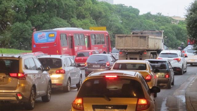 Trânsito é lento na chegada a Porto Alegre pela Avenida da Legalidade Felipe Daroit / Agência RBS/Agência RBS