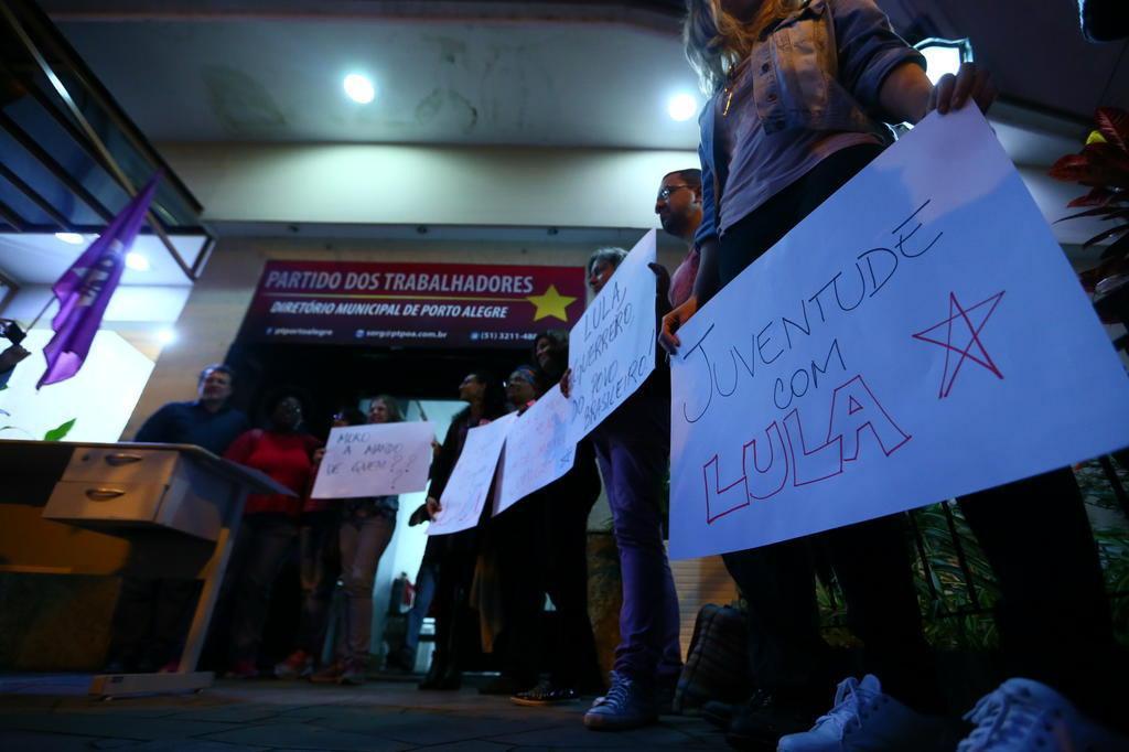 Manifestantes protestam em Porto Alegre contra a condenação de Lula