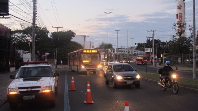 Após carro bater em poste, Avenida Cavalhada tem congestionamento; acompanhe o trânsito Felipe Daroit/Rádio Gaúcha
