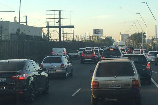 Saída de Porto Alegre pela Avenida da Legalidade e Túnel da Conceição têm trânsito lento. Acompanhe Lucas Abati/Agencia RBS