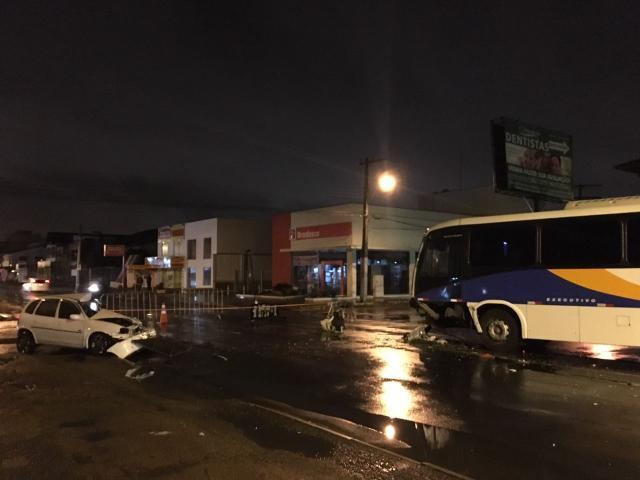 Homem morre em Canoas ao bater carro contra ônibus  Felipe Daroit/Rádio Gaúcha