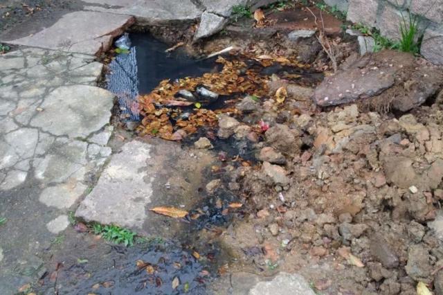 """Moradores reclamam de buraco aberto pela prefeitura na Vila Ipiranga: """"Cheiro insuportável"""" Débora de Freitas Monguilhott/Arquivo pessoal"""