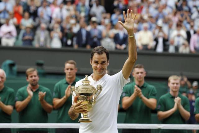 Federer completa 36 anos e recebe homenagem da ATP Adrian DENNIS/AFP