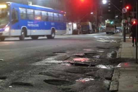 """Passageiros enfrentam """"rali urbano"""" por causa de buracos no centro de Porto Alegre (Felipe Daroit/Rádio Gaúcha)"""