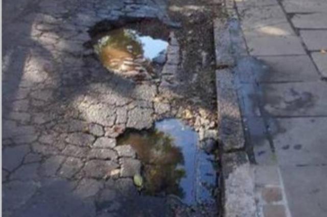 Buracos em frente a parada de ônibus prejudicam motoristas e passageiros em Porto Alegre Pelas Ruas/Reprodução