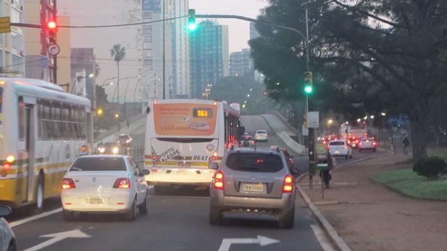 Acidente entre motos deixa trânsito lento na Assis Brasil Felipe Daroit / Agência RBS/Agência RBS