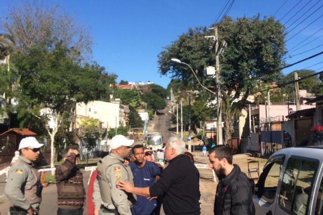 Moradores protestam pela falta de água na Rua Mariano de Matos, em Porto Alegre Dênis Cabreira/Arquivo pessoal