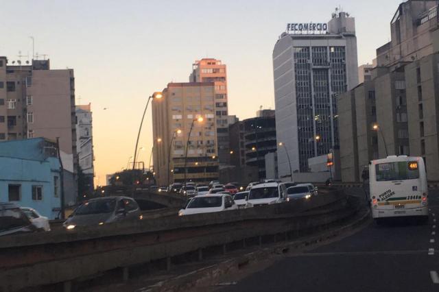 Ônibus em pane mecânica na Avenida da Legalidade deixa trânsito congestionado. Acompanhe Lucas Abati/Rádio Gaúcha
