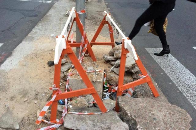 Buraco e pedras soltas prejudicam pedestres no Centro Histórico Rosa Gans da Silveira/Arquivo pessoal