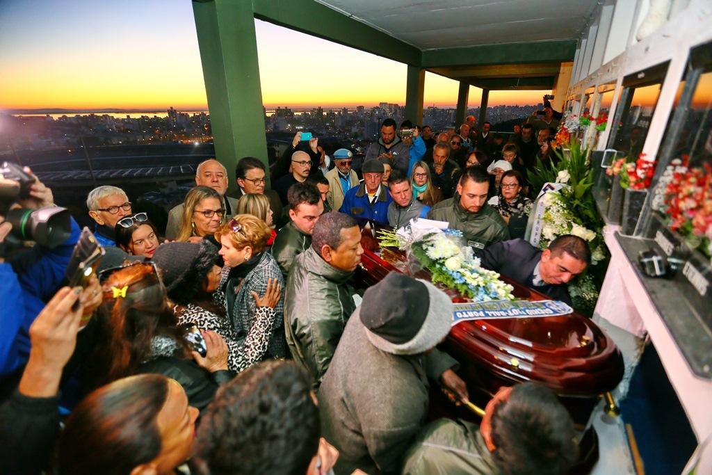 Ao som de Lupicínio, Paulo Sant'Ana é sepultado em Porto Alegre Lauro Alves/