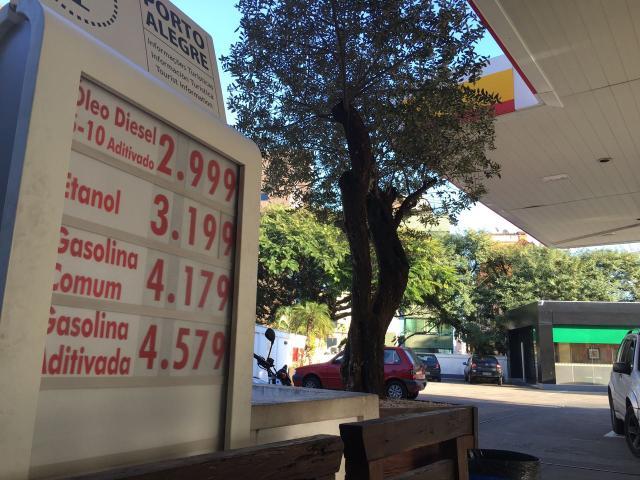 Após anúncio do governo, já há gasolina a R$ 4,17 em postos de Porto Alegre Felipe Daroit / Agência RBS/Agência RBS