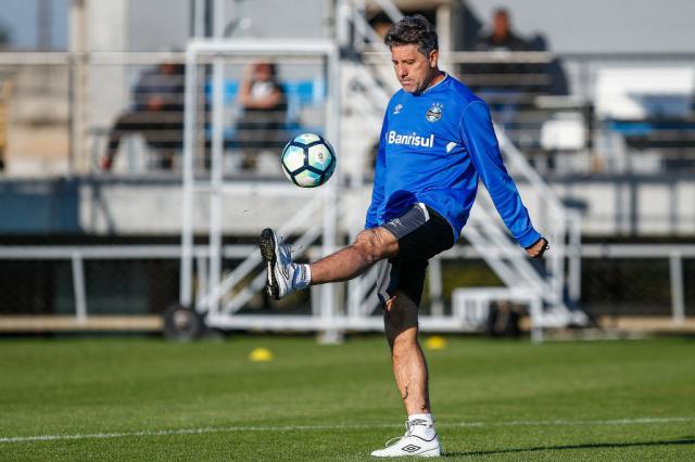 """Treino do """"peteleco"""" tem Renato Portaluppi orientando jogadores do Grêmio em recuperação Lucas Uebel / Grêmio, Divulgação/Grêmio, Divulgação"""