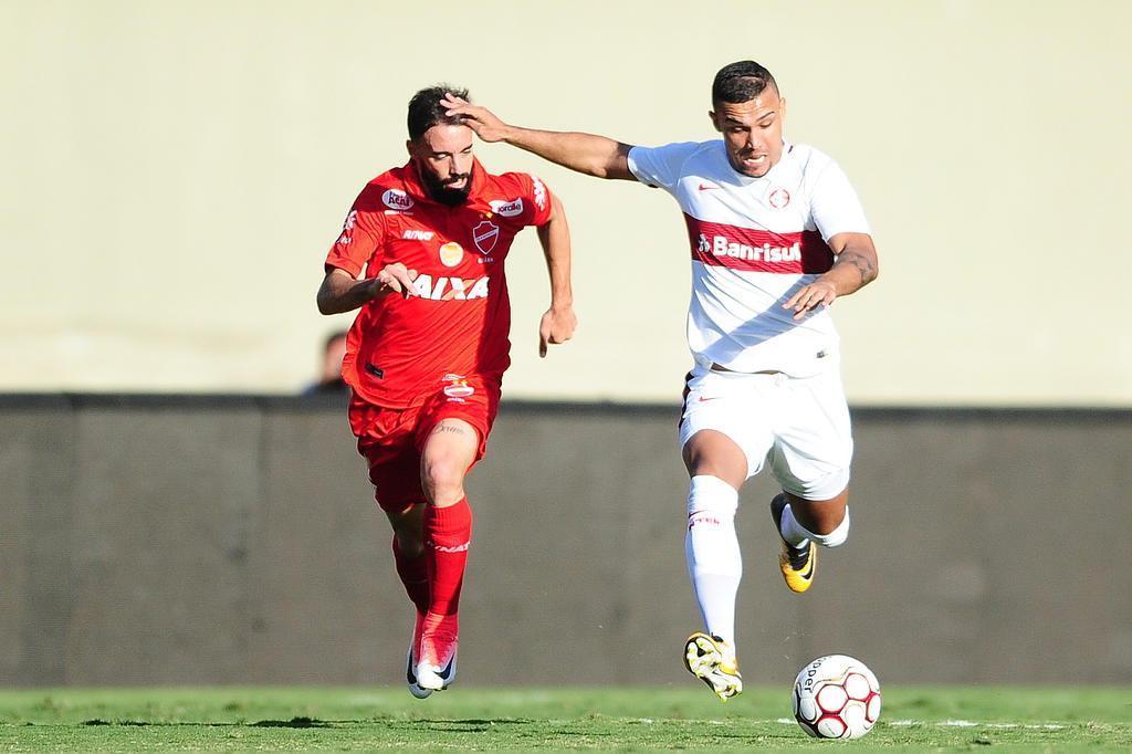 Com gol nos acréscimos, Inter perde para o Vila Nova no Serra Dourada