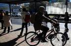 Localização e má conservação de ciclofaixas dificultam a convivência de pedestres e ciclistas Bruno Alencastro/Agencia RBS