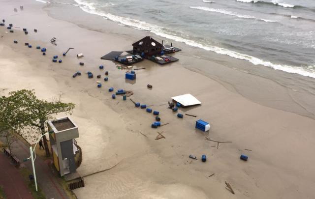 Ressaca arrasta bar flutuante em Itapema e fecha portos de Itajaí e Navegantes  /