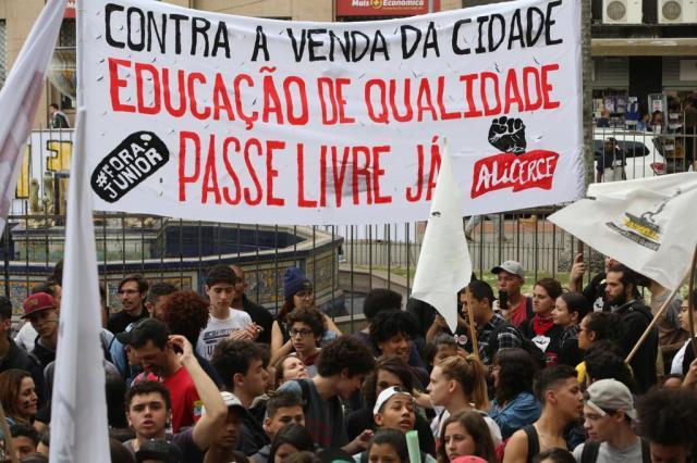 FOTOS: Protesto em frente à prefeitura contra o fim da segunda passagem gratuita Tadeu Vilani/Agencia RBS