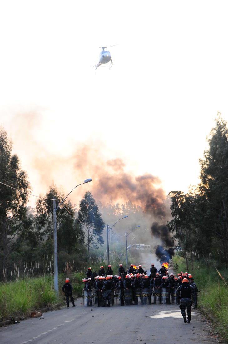 Efetivo do 12º Batalhão de Polícia Militar (12º BPM) realizaram treinamento para controle de distúrbio civil. Simulação contou com helicóptero, gás lacrimogênio e fogueiras.