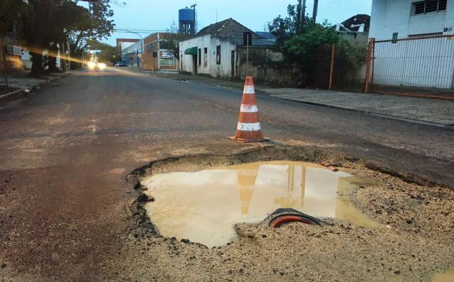 Cratera bloqueia parcialmente rua usada para desvio das obras da Ceará, em Porto Alegre Marina Pagno / Agência RBS/Agência RBS