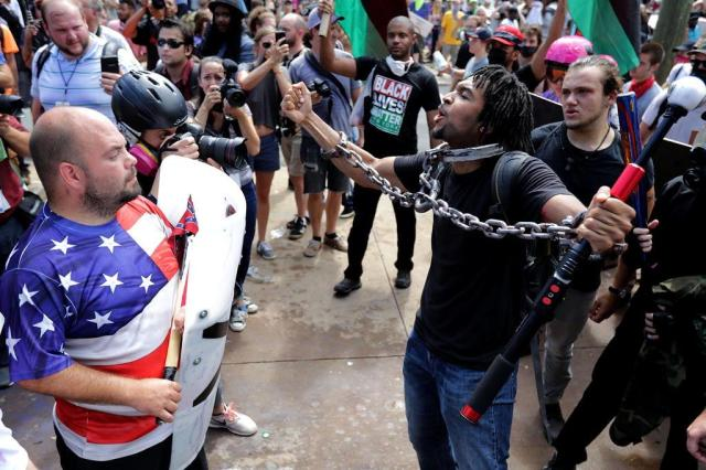 Manifestação de extrema-direita, com gritos racistas, convulsiona cidade universitária americana Chip Somodevilla/AFP