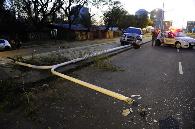 Acidente bloqueia parcialmente o trânsito na Avenida Beira-Rio Ronaldo Bernardi / Agência RBS/Agência RBS