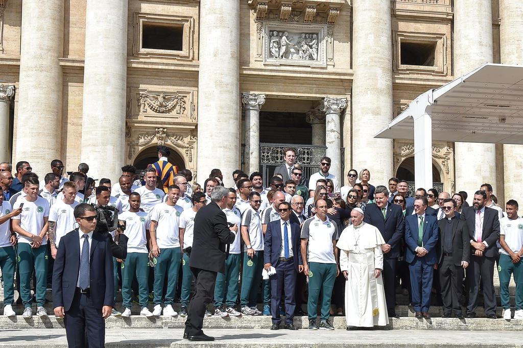Papa recebe sobreviventes do Chapecoense