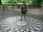 """Maria Cristina Cristane Michel, de Porto Alegre, em julho de 2013 /""""O Central Park é o pulmão verde de Nova York. Na esquina do Central Park West com a rua 72, encontra-se o Edifício Dakota, lugar em que viveu John Lennon. O músico e pacifista inglês é lembrado com o jardim Strawberry Fields. O mosaico em branco e preto em que está escrito """"Imagine"""", título de uma das canções mais famosas dele, tornou-se lugar de peregrinação"""""""